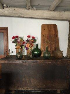 Rincón del salón con arcón de roble.