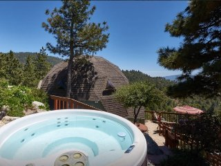 Dramatic Geodesic Dome with amazing views, spa and walk to town, Idyllwild
