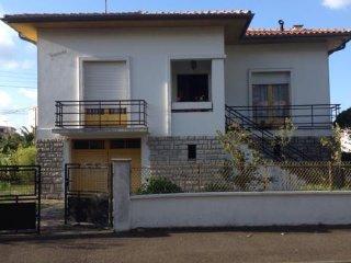 Chambre, vue sur jardin dans une villa familiale, Dax