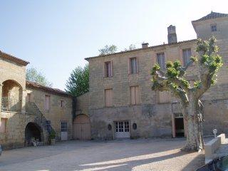 Le Château des Fouzes côté cour, avec l'entrée de l'appartement au rez-de-chaussée, porte à droite.