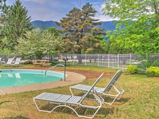New Listing! Inviting 2BR Warren Condo w/Wifi, Fireplace, & Pool/Hot Tub Access - Incredible Sugarbush Location with Stunning Views of Lincoln Peak & Access to Bridges Resort!