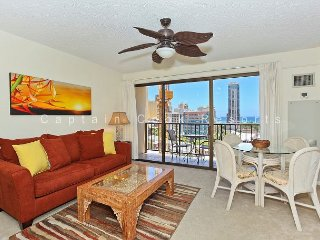 Comfort AND Convenience with Partial Ocean View!, Honolulu