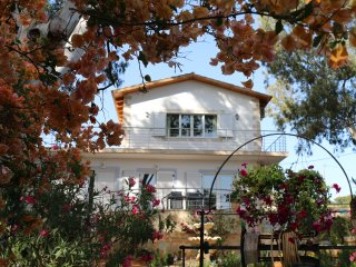 Villa Bougainvillea - one minute from the beach, Tersanas