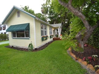 Dunedin Cottages Sweetheart Cottage 2 bedrooms 1 bath | A Short Walk to Downtown Dunedin