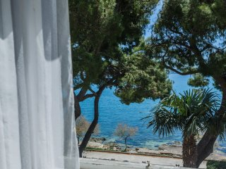 Pine Tree Retreat Seafront Apartment Kastela, Kastel Stari