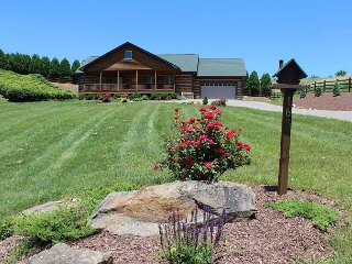 DUCK POND LOG HOME W/BUBBLING HOT TUB, WIFI, GAS F/P, CORN HOLE & AIR HOCKEY.