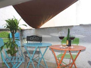 Terrasse Barbecue Vue sur les toits 3 tables 6 chaises 2 relax