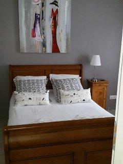 CHAMBRE GRISE avec un lit en 140 et une armoire