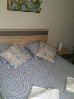 CHAMBRE BLEUE avec un lit en 140 et un lit bébé à barreaux.