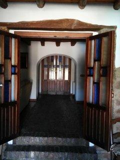 la  puerta de entrada desde el salon