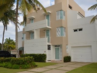 Spacious Golf Villa inside Dorado del Mar Beach Resort, San Juan