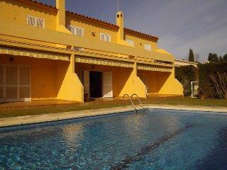 Casa adosada para 6p en residencia con piscina y jardín comunitario, L'Escala