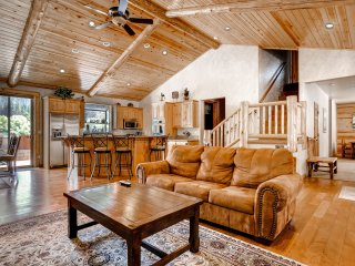 New Listing! Magnificent 4BR Big Bear Lake House w/Wifi, Mountain Views, Game Room & Hot Tub - Close Proximity to Skiing, Hiking, Boating & Much More!, Big Bear Region