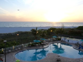 GULF VIEW, TWO x 2BR SUITES, BEACHFRONT BLDG, POOLS, HOT TUB, GYM, FREE PARKING