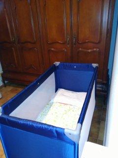 La casa tiene dos cunas en habitaciones y tronas para bebés.