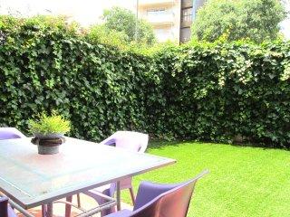 MOLINS : Planta baja, jardin con piscina.