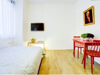 Lux Studio the heart of TLV-steps from the beach, Tel Aviv