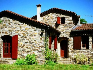 Suberb stone house with heated pool, calm, Wifi