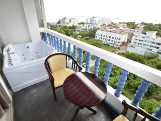 Amazing 1BR w/ Jacuzzi & Sea View near beach