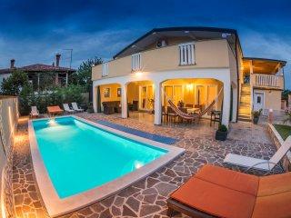 Villa Dino für 12 Personen mit Beheitztem Pool, Buje