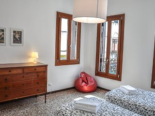 Comfortable apartment canal view, Veneza
