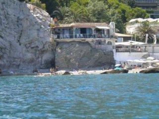 Villetta su uno scoglio nel mare di Taormina