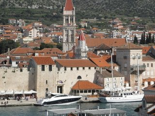 APARTMENTS ORLIĆ WITH SEA VIEW, Trogir
