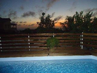 Couché de soleil depuis la piscine et la terrasse
