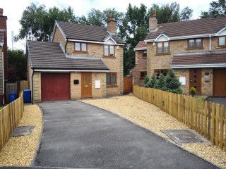 Detached, neutrally decorated 3 bedroom house with off road parking, Rear Garden