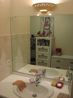 Une partie de la salle de bain.