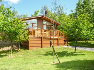 FERN LODGE, detached, ground floor, WiFi, hot tub, Grange-over-Sands, Ref 917822