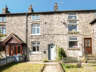 BLUEBELL COTTAGE, terrace, pet-friendly, private enclosed garden, WiFi, in Tideswell, Ref 933248