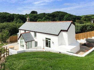 FIVE ELEMENTS COTTAGE, luxury cottage with hot tub, woodburner, close to