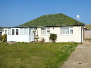 MIN-Y-DON, detached bungalow, lawned garden, pet-friendly, ideal family home, North Walsham, Ref 939403