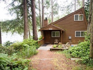 Lake front, private cabin with dock and canoe, Langley