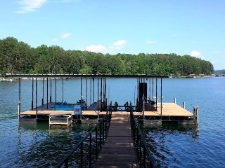 "Lake House near Clemson, Fantastic Water/Dock! Pedal Boat WiFi 60"" TV Football"