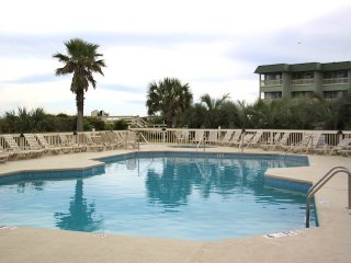 Top Floor Beachfront Sea Cabin w/Netflix and Pier, Isle of Palms