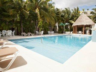 Casa Tropical (Brand NEW) 1 block from the beach!!, Playa del Carmen