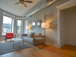 Brownstone Meets Modern Lincoln Park  - Sleeps 8, Chicago