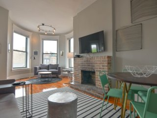 4 Bedroom at Clark & Diversey - Sleeps 10!, Chicago