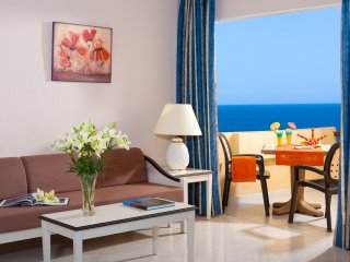 LUXURY APT 5 PAX. Seaside resort/ heated pool/ gym, Costa del Silencio