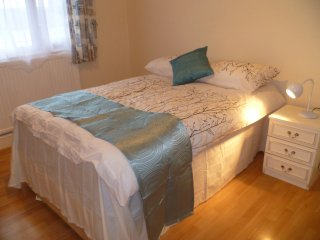 LONDON MANFORD 1BED FLAT , SLEEPS 2-8.