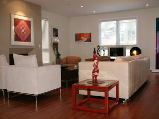 Beautiful art filled comfortable  condo Westwood  : Wonderful location