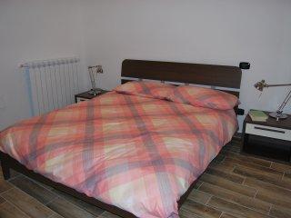 Camera taglia 46, ampia e luminosa, dotata di pedana di accesso per disabili e bagno dedicato.