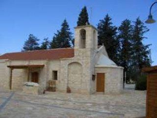 La iglesia del pueblo - por favor ir dentro! y tomar un café en la cafetería del pueblo adyacente
