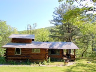 Charming, rustic Log Cabin with Mountain Views, Phoenicia