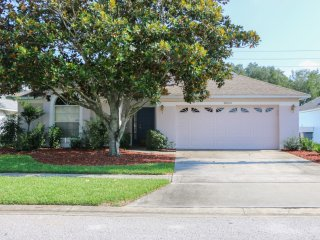 3 BR Pool Home in Quiet Neighborhood, 5 Miles from Disney