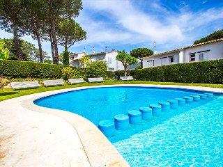 Catalunya Casas: Mystical 3-bedroom condo for 6 in Platja d'Aro, a quick walk to