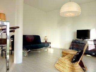 salon ouvert et convival pour 4 personnes et couchage queen (160 x 200)