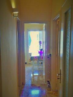 Corridoio comunica: Ingresso,Bagno,Cucina,Soggiorno/Salotto